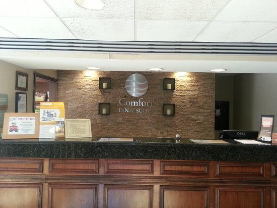 Comfort Inn & Suites: Front Desk