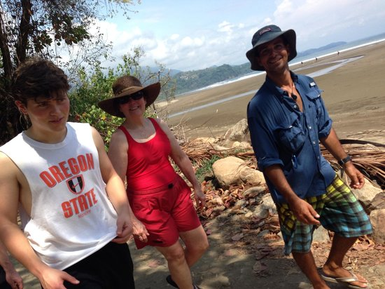 Pineapple Kayak Tours: Nego leading us to the beach for kayaking and snorkeling