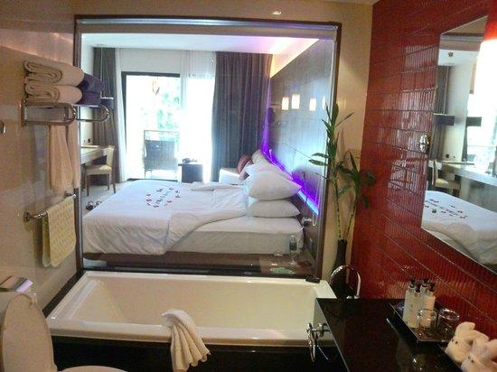 Novotel Phuket Kata Avista Resort and Spa: vue de la salle de bain
