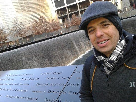 National September 11 Memorial und Museum: Placas com Homenagem aos mortos na tragedia..