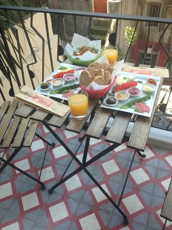 Calanthe Residence : breakfast on the balcony