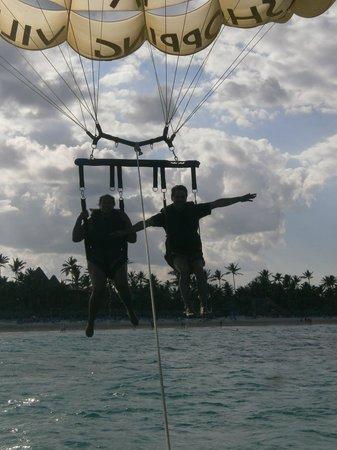 Hotel Riu Naiboa: Haciendo parapente