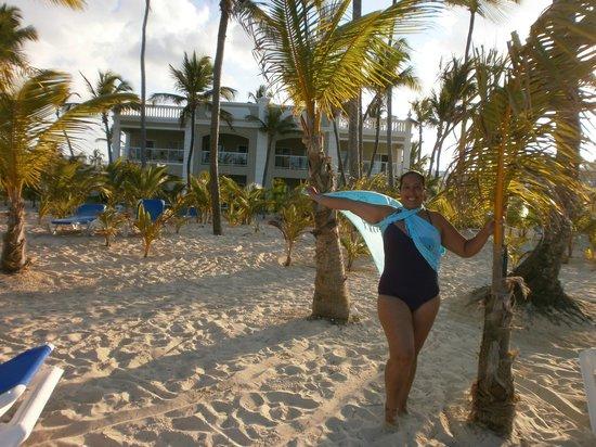 Hotel Riu Naiboa: Cari con su pareo en la playa