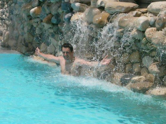 Hotel Riu Naiboa: Hermosa cascada en la pileta