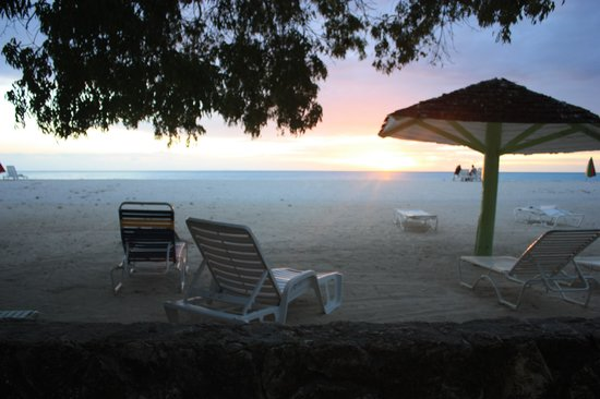 Jolly Beach Resort & Spa: Another great view of the sunset on the beach