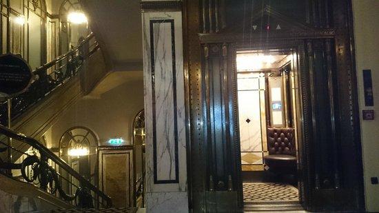 Hotel Bristol Wien: из какого века приехал этот лифт с кожаными сиденьями