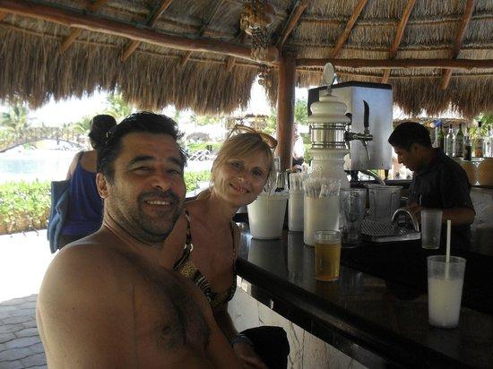Ocean Maya Royale: Tomando algo al borde de la piscina
