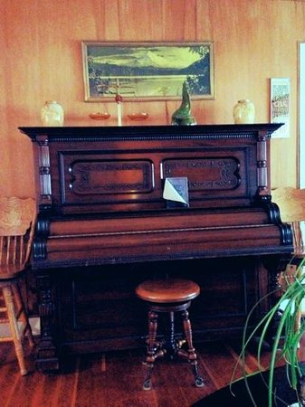 Oregon Hotel: old piano in a lobby