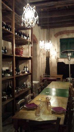 Agriturismo Cerrolungo: La saletta pranzo...uno splendore di cantinetta