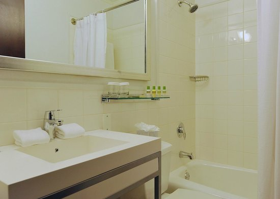 Park South Hotel: New Superior Room Guest Baths