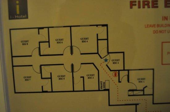 I-Hotel Limited: Habitaciones pequeñas...baños minúsculos y claustrofóbicos.