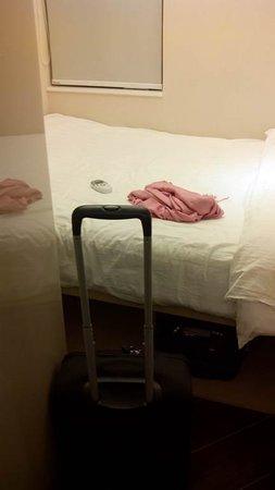I-Hotel Limited: Espacio mínimo. Cabe una persona y una maleta.
