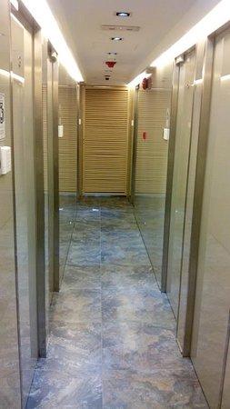 I-Hotel Limited: Una pena: diseño moderno pero olor a cloaca.