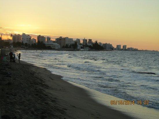 Tres Palmas Inn: View of the beach area at sunset over San Juan