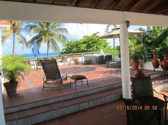 Tres Palmas Inn: Terrace with Hot tub