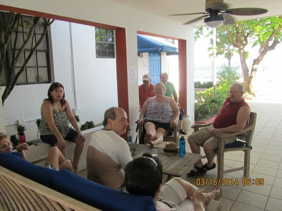 Tres Palmas Inn: Sitting area outside of room 14 and our Canadian Sisters/Brothers & Friend :)