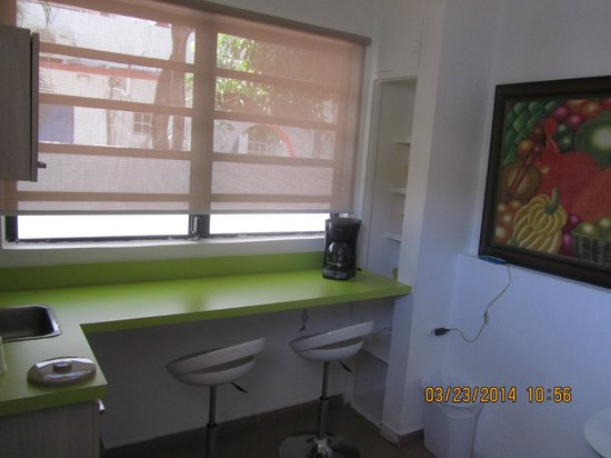 Tres Palmas Inn: Kitchen breakfast bar room 12