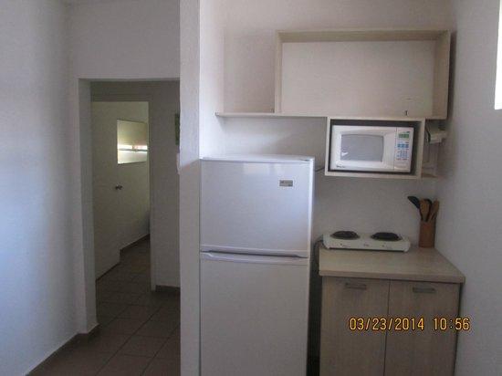 Tres Palmas Inn: Kitchen area room 12