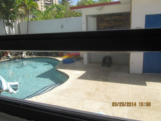 Tres Palmas Inn : one of the 3 windows of room 12