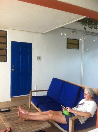 Tres Palmas Inn: Outside area of room 14