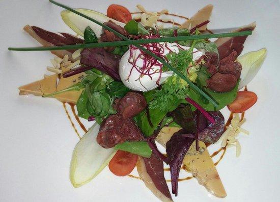 La Table de Francois : Œuf pioché,magret canard fumé, fois gras, gesier de volaille avec salade