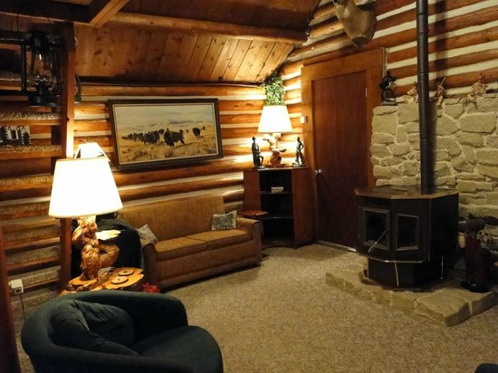Wagon Wheel RV Campground and Cabins: Living room cabin 1.