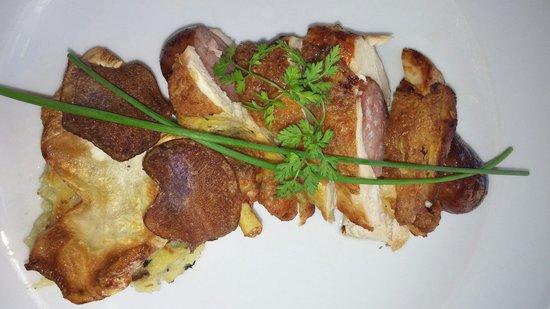 La Table de Francois : Plat- filet de pintade avec sa saucisse fumée, parmentier Sylvestre (purée maison girolles)