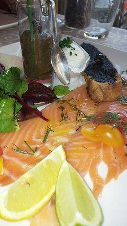 La Table de François : Entrée-  saumon fumé avec accompagnement relevé