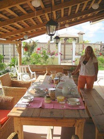 Bed and Breakfast Villa Riviera: Al fresco dining