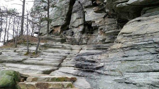 Pilot Mountain : trail around base of Pilot