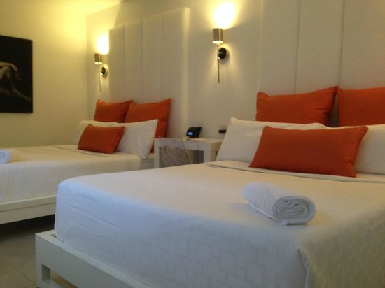 Royal Palms Resort & Spa: Double Queen Beds