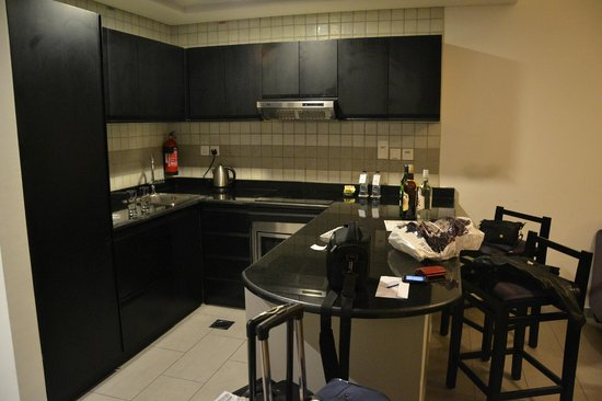 Auris Metro Central Hotel Apartments: kitchen