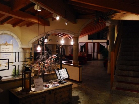 Hotel Miravalle: Reception by night