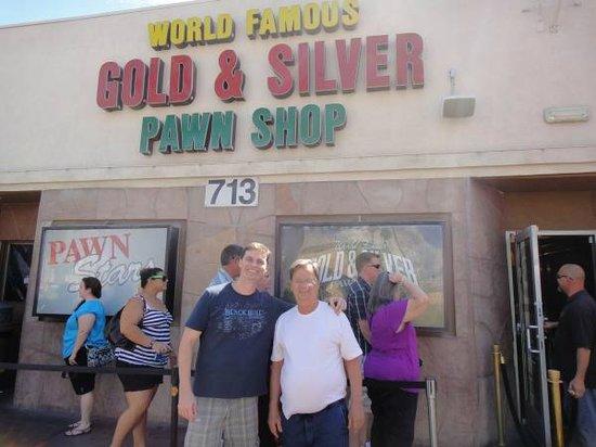 Gold and Silver Pawn Shop : Eu e meu pai em frente à loja