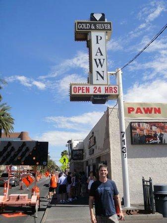 Gold and Silver Pawn Shop : Visão da loja com a calçada da Strip