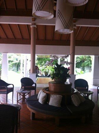 Naithonburi Beach Resort: лобби