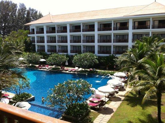 Naithonburi Beach Resort: вид из номера в одну сторону.....