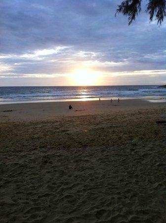 Naithonburi Beach Resort: закат на пляже при отеле