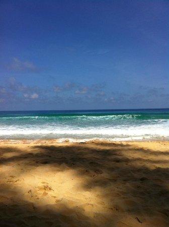 Naithonburi Beach Resort: кусочек пляжа и моря в хорошую погоду :)