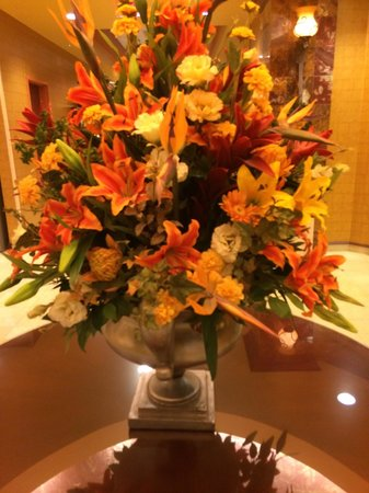 Embassy Suites by Hilton Hampton Hotel Convention Center & Spa : Beautiful lobby flowers