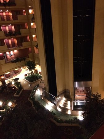 Embassy Suites by Hilton Hampton Hotel Convention Center & Spa : Night time view from room