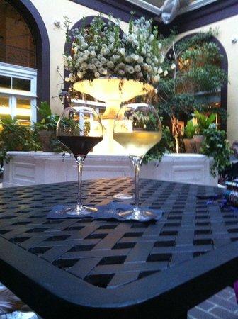Hotel Mazarin: Cocktails in courtyard