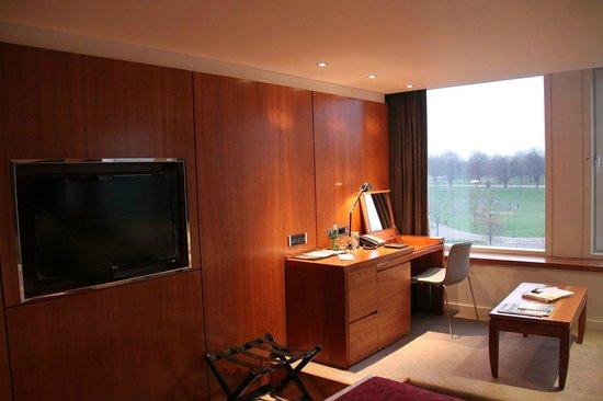 Royal Garden Hotel: Desk area