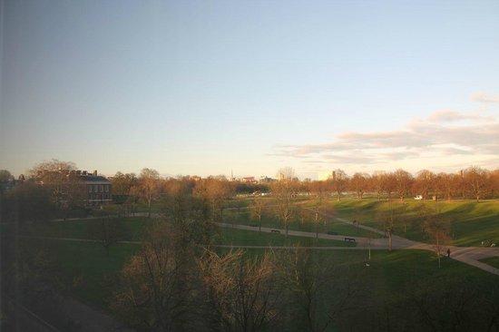 Royal Garden Hotel: View over Kensington Park from room