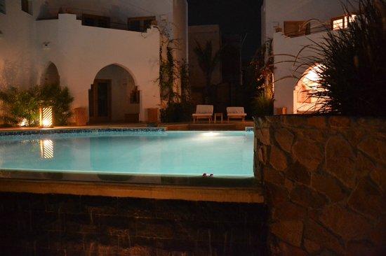 Red C Villas: Pool at dusk