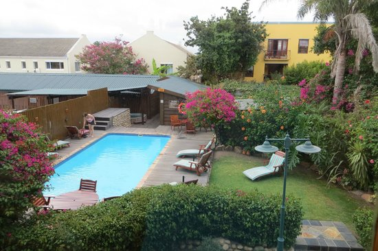 Knysna Log-Inn Hotel: Pool and grounds