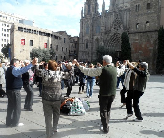 Catedral de Barcelona: Танцуют Сарденья