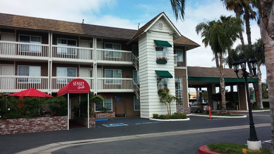 Ramada Costa Mesa/Newport Beach: Palm Trees,  Window Boxes and the Sunset Grille