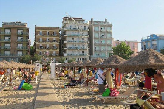 Hotel Thea & Residence : dalla spiaggia verso il mare