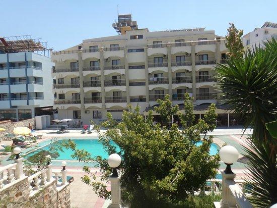 Temple Beach Hotel: HAVUZ VE BAHÇE